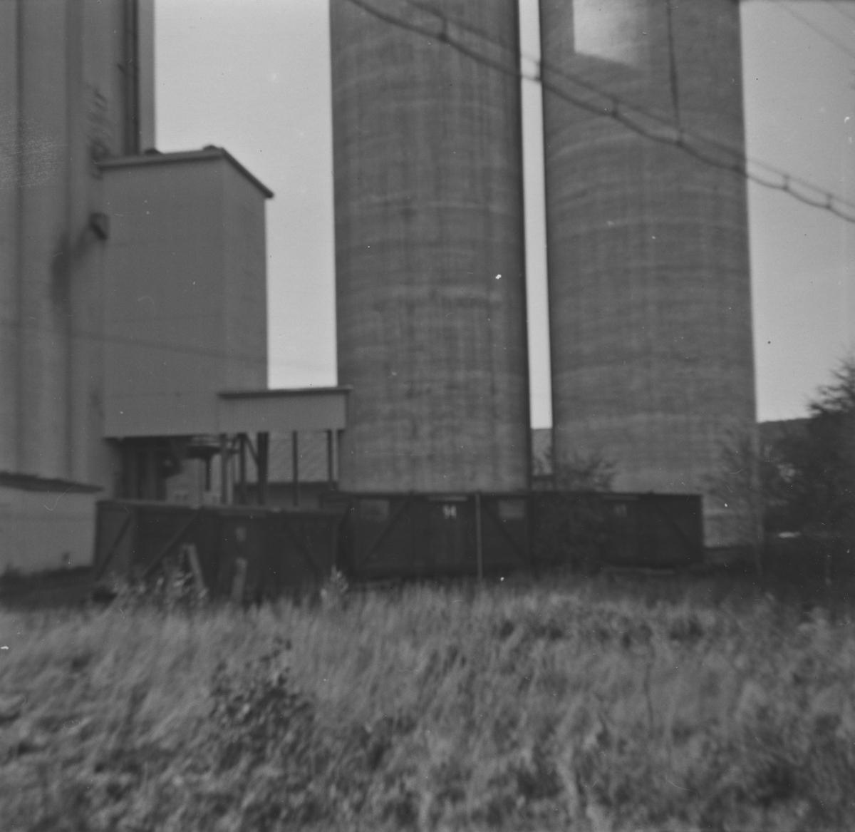 Løftekasser fra UHB ved Bjørkelangen kornsilo syv år etter nedleggelsen. To av løftekassene ble senere overtatt av museumsbanen.