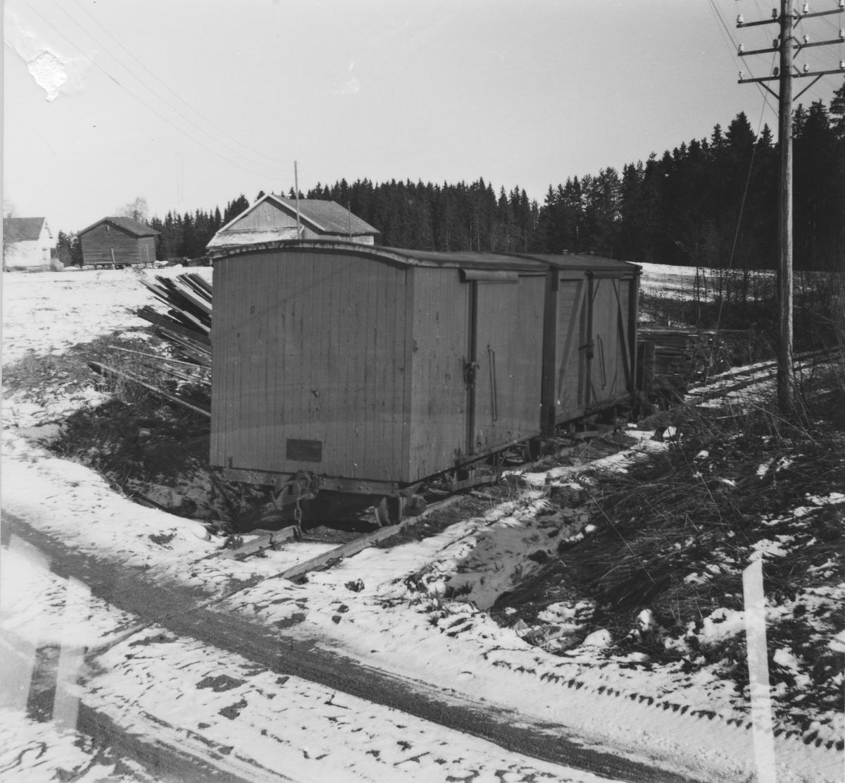 Godsvognene G9, G13 og K19 ved Sætra planovergang etter at de ble flyttet fra Sørumsand, der de hadde stått lagret siden nedleggelsen i 1960.