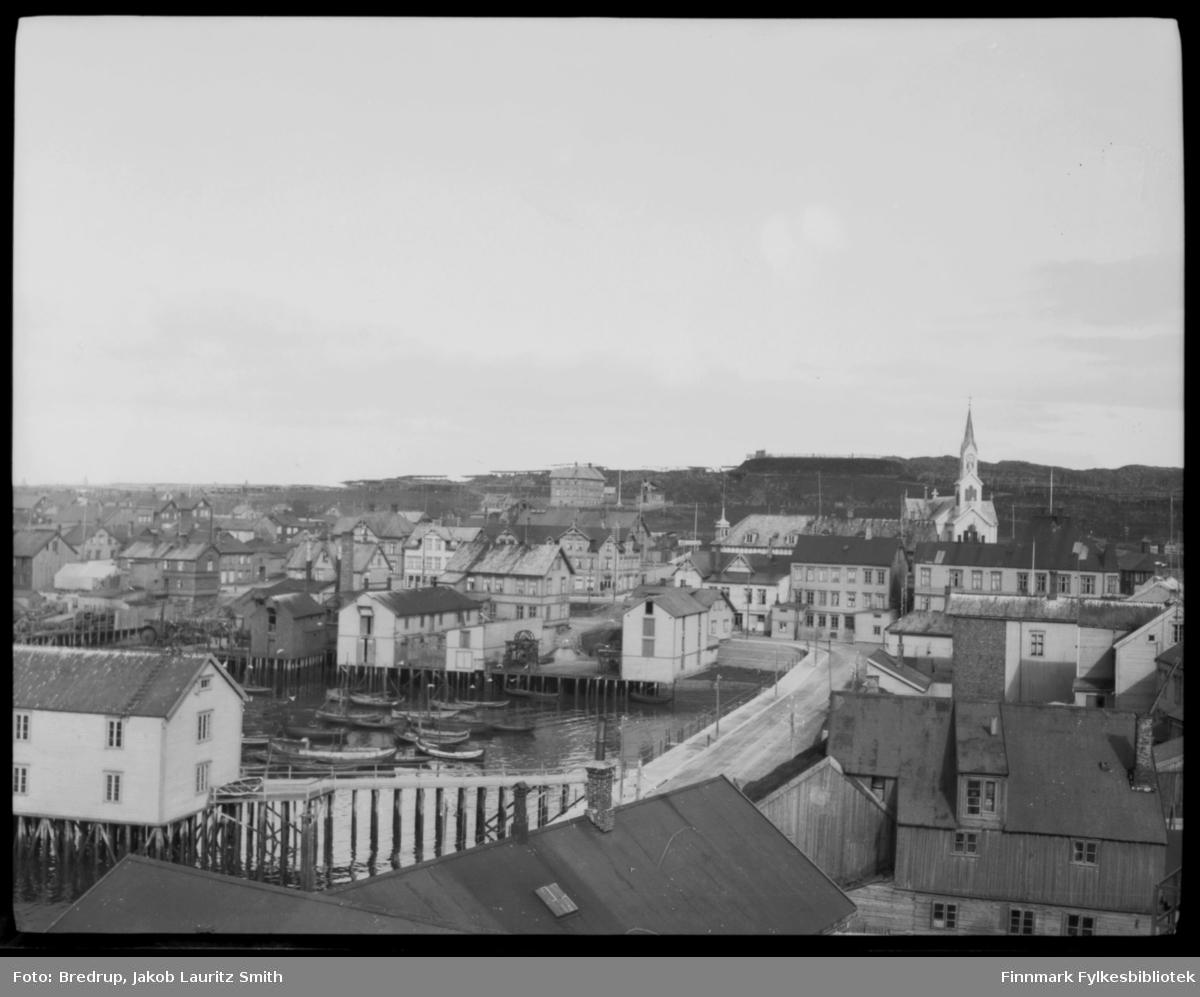 Oversiktsbilde, Valen i Vardø fotografert opp mot kirka.  Vi ser forskjellige bygninger og gater, samt havna og båter.