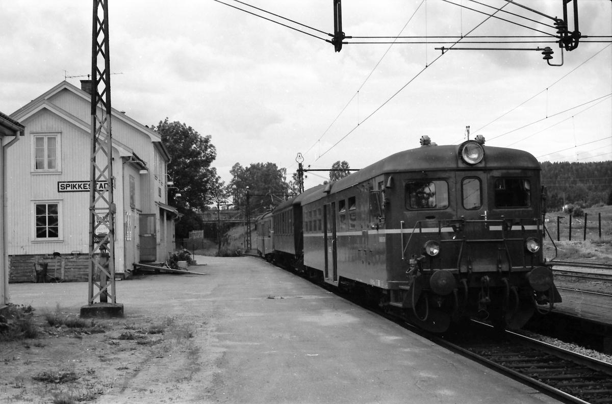 Lokaltog til Asker i Spikkestad. Styrevogn BFS 65c, mellomvogn B 65 og motorvogn BM 65 17.