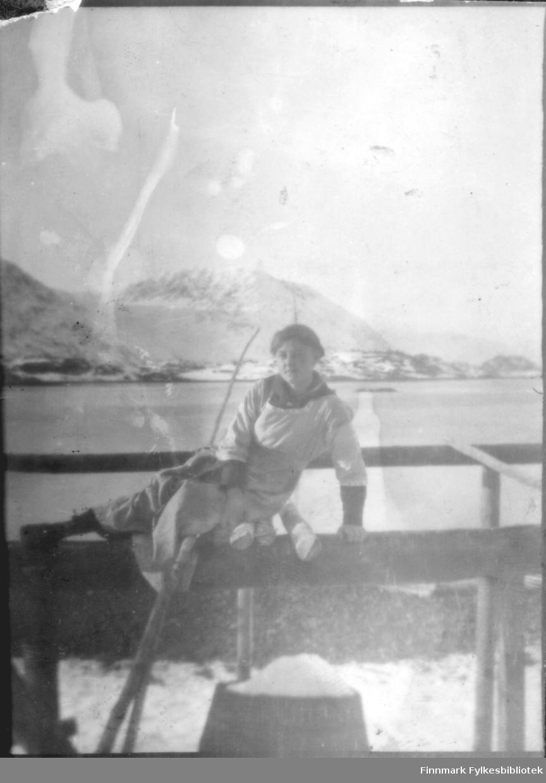 Ung kvinne fotografert ute, ca. 1915-1920? Bergsfjord