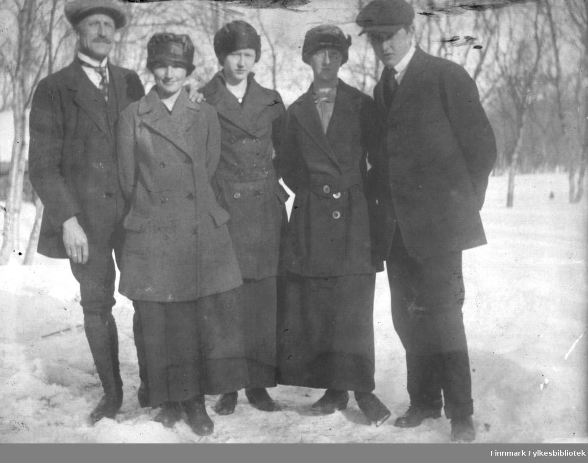 Gruppebilde fotografert ute i snøen