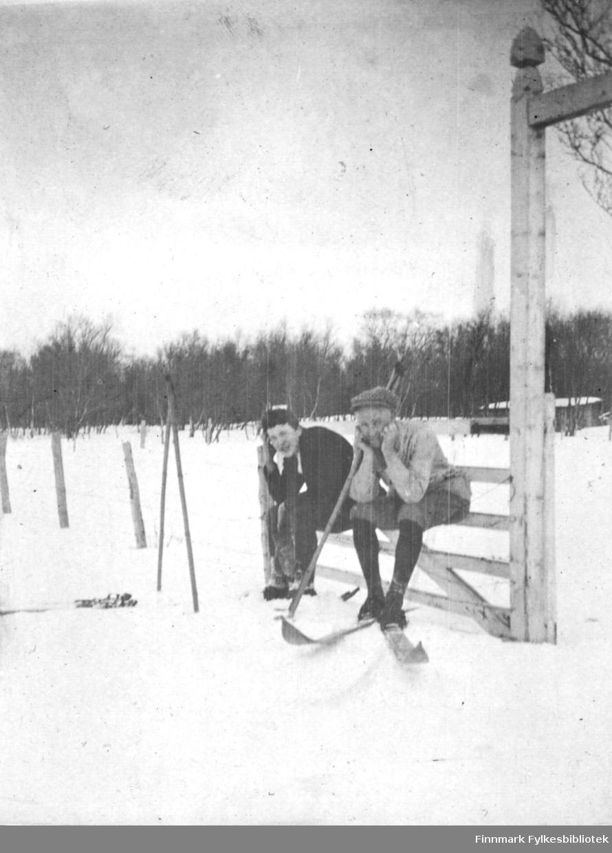 Skiløpere sittende på en port. Bildet er trolig tatt i forbindelse med langrennet avbildet på 01010-035 og 01010-038