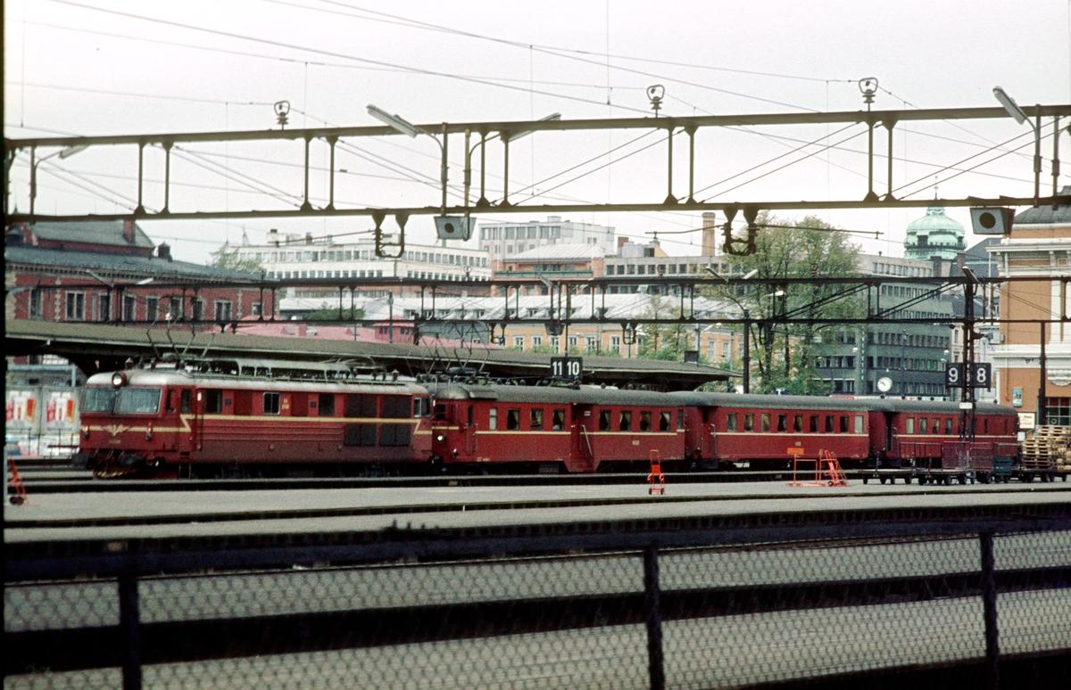 Hurtigtog 143 til Halden på Oslo Ø. El 14 og motorvognsett type 68A.