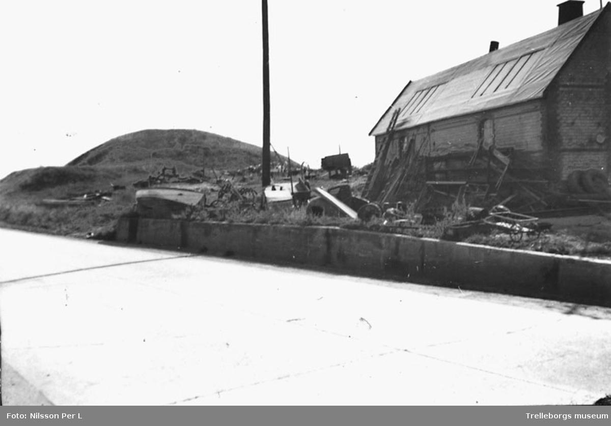 Galgebacken. Vemmenhögs härad Tullstorp Galgebacken i bakgrunden. Hängningarna ägde rum på backens topp medan halshuggningarna skedde på norrsidan. Foto P.L Nilsson 9/8 1953.