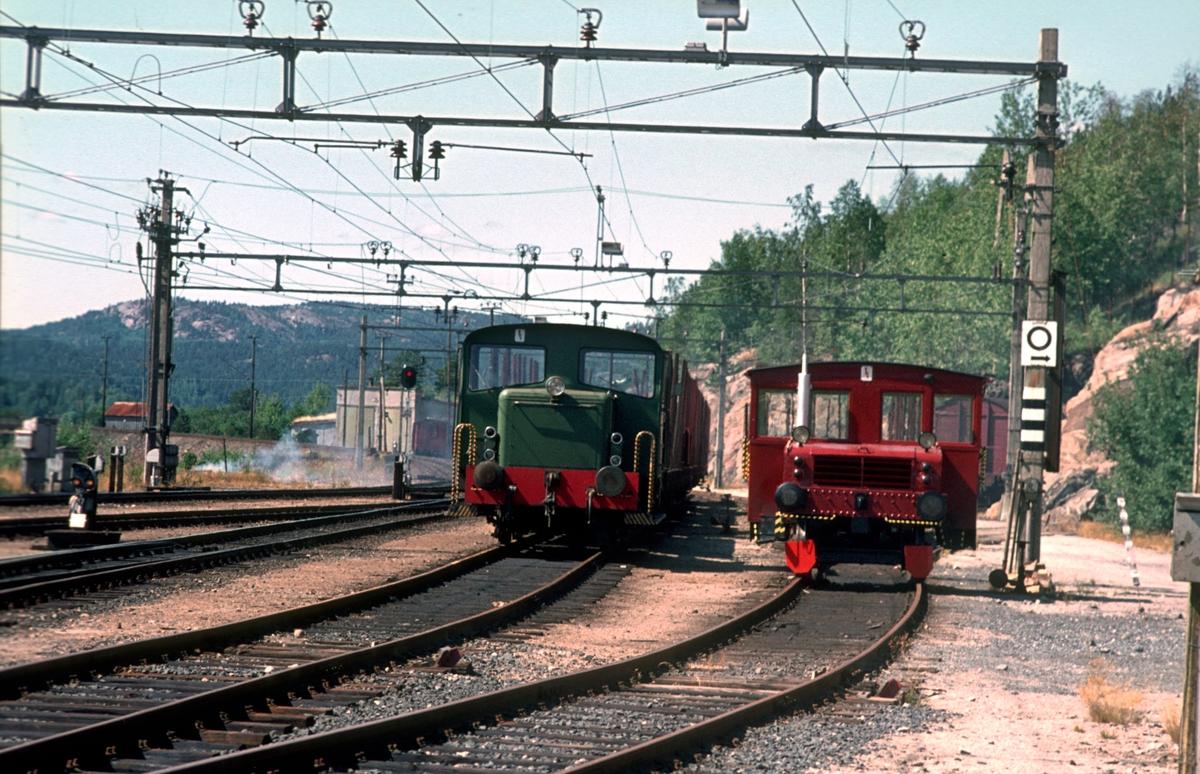 Nelaug stasjon. Skiftetraktorer type 220c og 206.