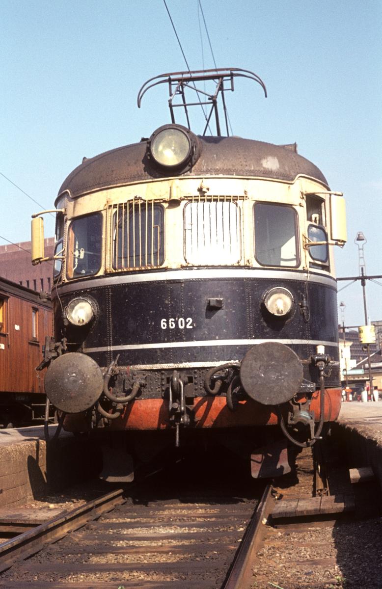 Motorvogn BM 66 02 i tog 811 Oslo V  - Larvik.