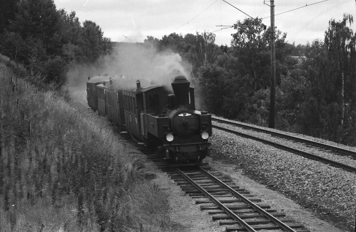 """Museumstog med lokomotiv nr. 4 """"Setskogen"""" på vei mot Bingsfos stasjon."""
