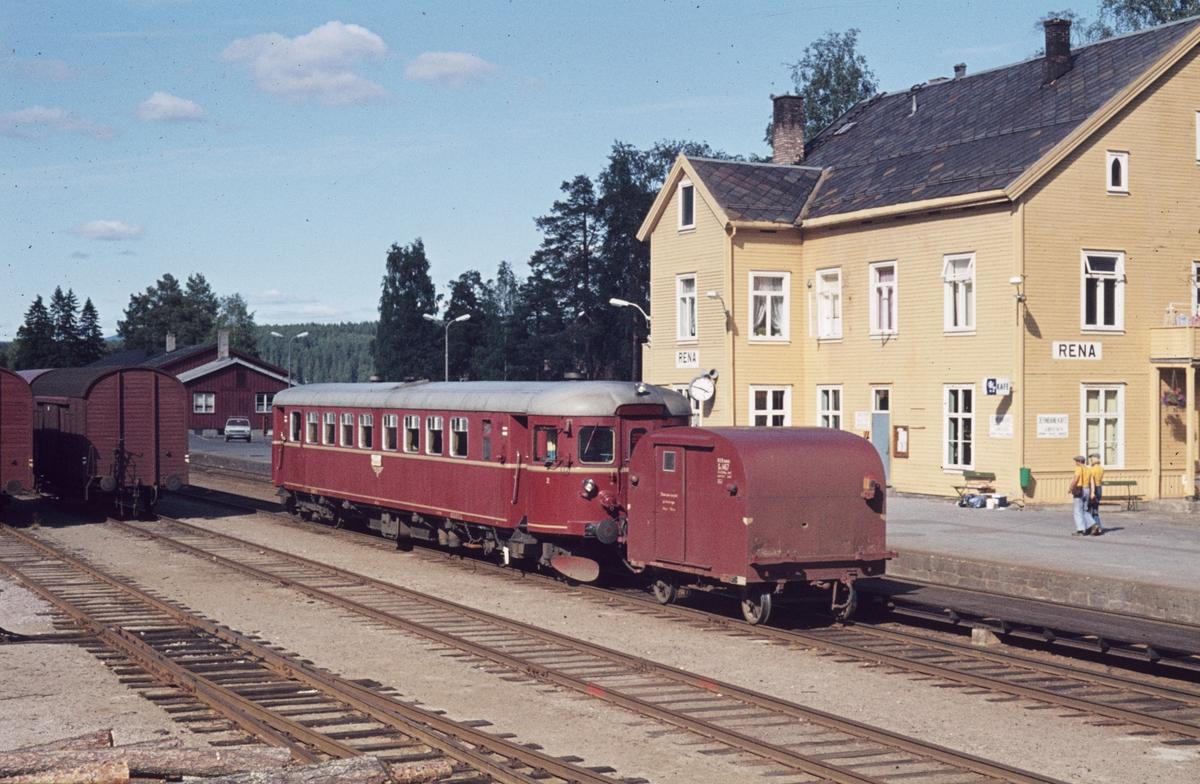 Persontog til Koppang på Rena stasjon. Motorvogn type BM 86 og tilhenger type Gx.