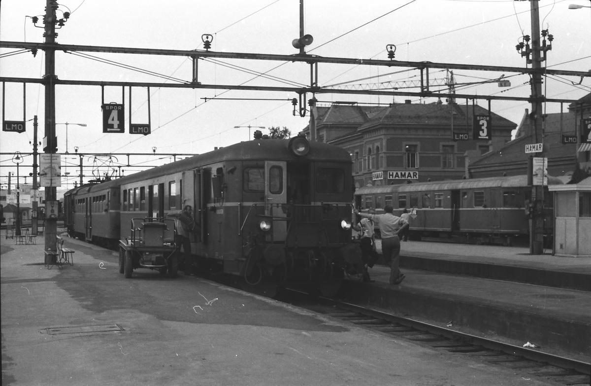 Persontog til Oslo Ø på Hamar stasjon. Toget stoppet på alle holdeplasser og stasjoner til og med Lillestrøm. Styrevogn type 67 og motorvogn type 65c.