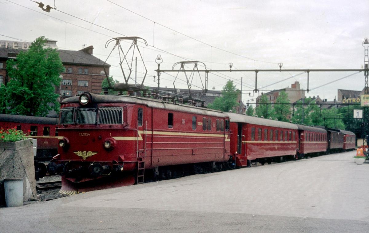 Sørlandsbanens daghurtigtog 702 har ankommet Oslo V. Bakerste del av toget er skiftet bort. NSB elektrisk lokomotiv El 13 2124.