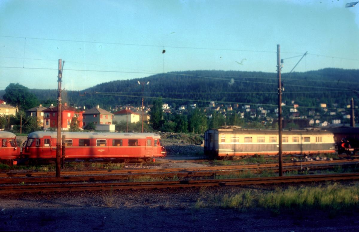 """Sundland. Motorvogner type 87 og 66. """"Farvel til type 66"""". Ekstratog for Norsk Jernbaneklubb med ekspresstogsett type 66, motorvogn BM 66 01, mellomvogn B66 og styrevogn BS66 63. Turen gikk Oslo V - Horten - Brevik - Skien - Kongsberg - Oslo V,  noen dager etter at togsettene var tatt ut av trafikk."""