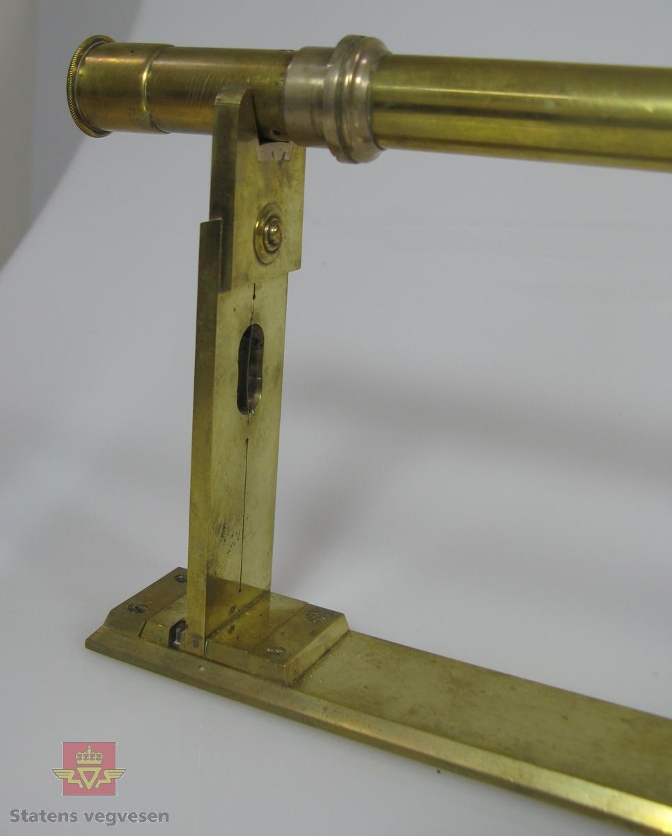 Instrument bestående av fem deler, hovedsaklig lagd av messing og glass. Kikkerten står på et slags u-formet stativ. Lagres i trekasse, (etui), av beiset bjørk. Kassa er foret med rester av håndskrevet papir og deler av avis fra 1826. Kassa er merket på undersiden med navn og årstall.