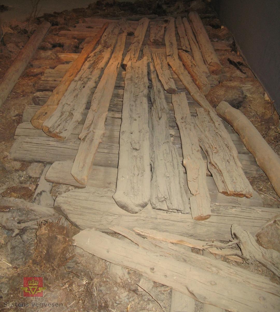 Hele og kløyvde stokker av tre. Antatt ca. 30-40 deler i varierende lengde og tykkelse.