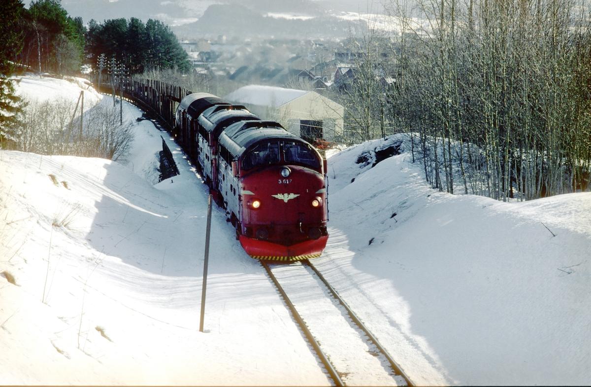 Godstog 5793, Trondheim - Bodø, med to lokomotiver type Di 3 i stigningen fra Stjørdal opp til Skatval.