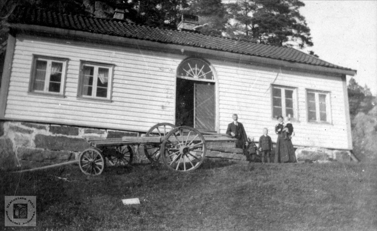 Familiegruppe på Eikså med langkjerre