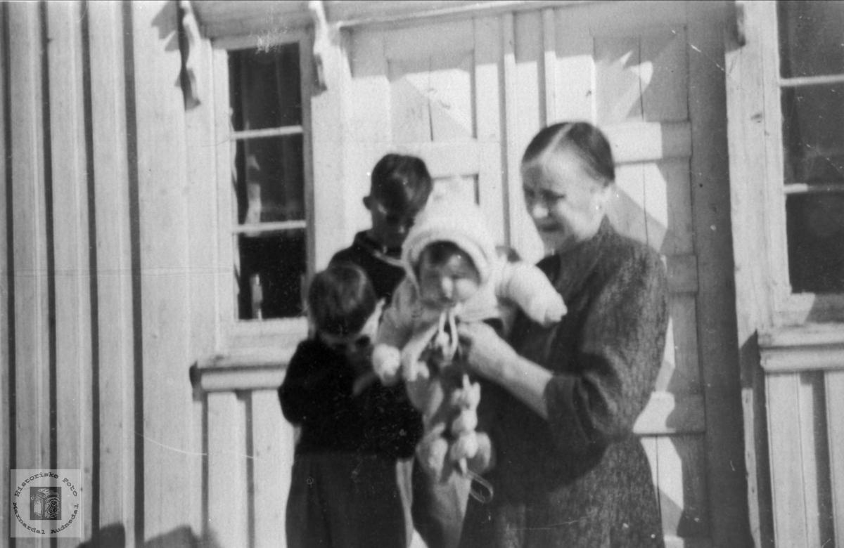 Farmor og barnebarn på Bjørnhom i Laudal.