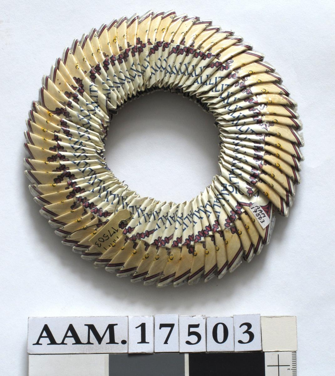 Billed eller fotoramme,  satt sammen av sammenbrettede sigarettesker i en ring.