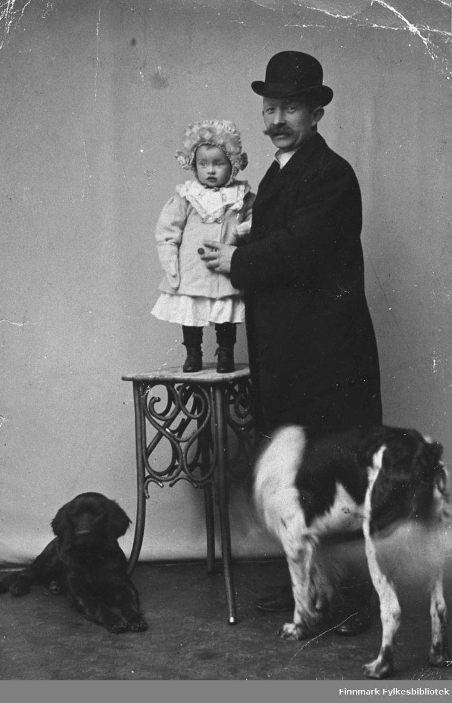 Et portrett fra L. Hermansen med datter Ingrid. Med på bildet er to hunder. Ludvik Hermansen er morfar til Guri Borander.