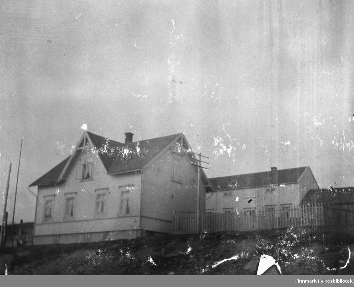 Politimester Hermansens hus i Vadsø fotografert på sommerhalvåret. Bygningen bak er kontoret. Huset brant seinere ned under krigen