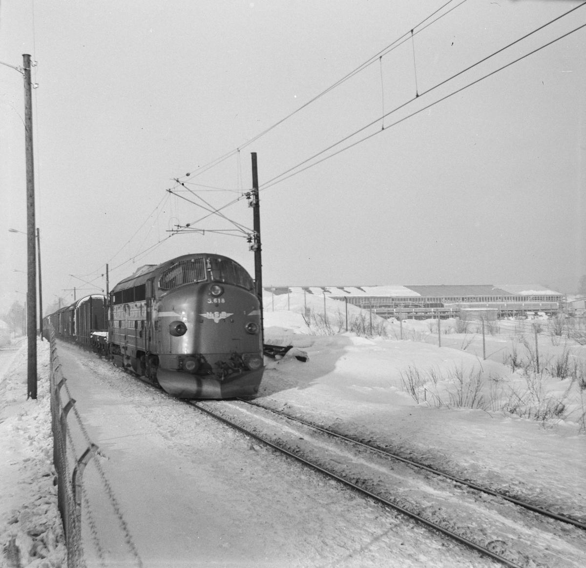 Godstog fra Dovrebanen nær Hamar stasjon. Toget trekkes av diesellokomotiv Di 3 618.