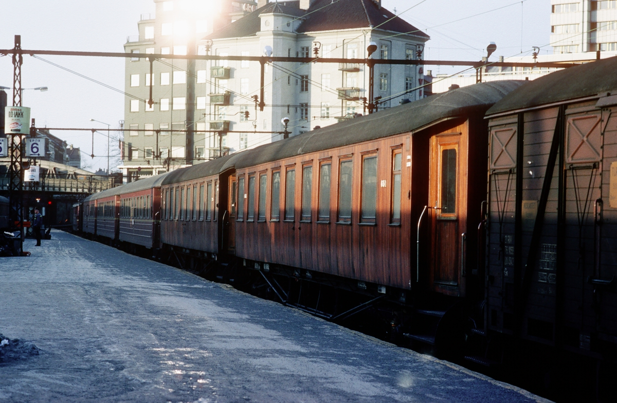 Persontog til Vestfoldbanen i spor 6 på Oslo V, nærmest B22 nr. 651.