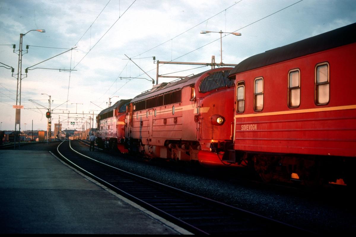 Nattog til Bodø på Trondheim stasjon med lokomotiver type Di 3 en lys sommeraften.