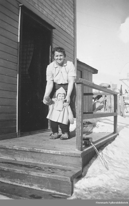Mormor Svanhild Kvam med barnebarnet Torill Ebeltoft på trappa til Kvam-familiens bolig i Slettengata i Vadsø