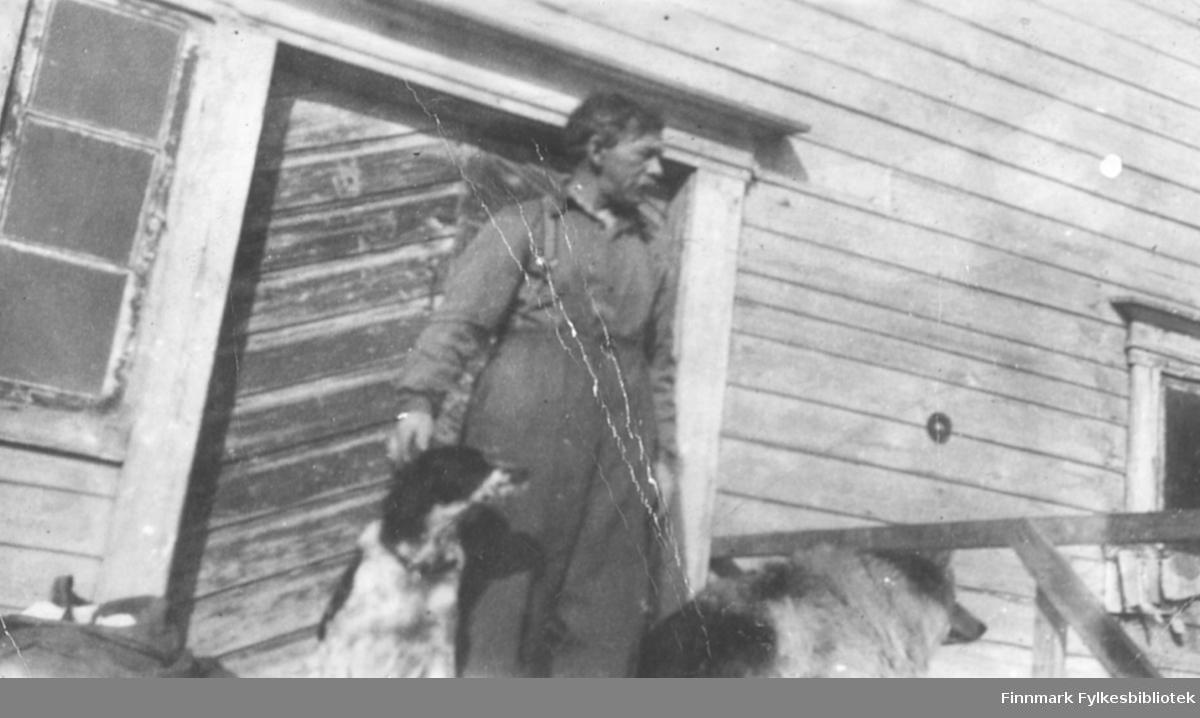 Håkon Ebeltoft fotografert på en trapp sammen med to hunder, ca. 1945-1946
