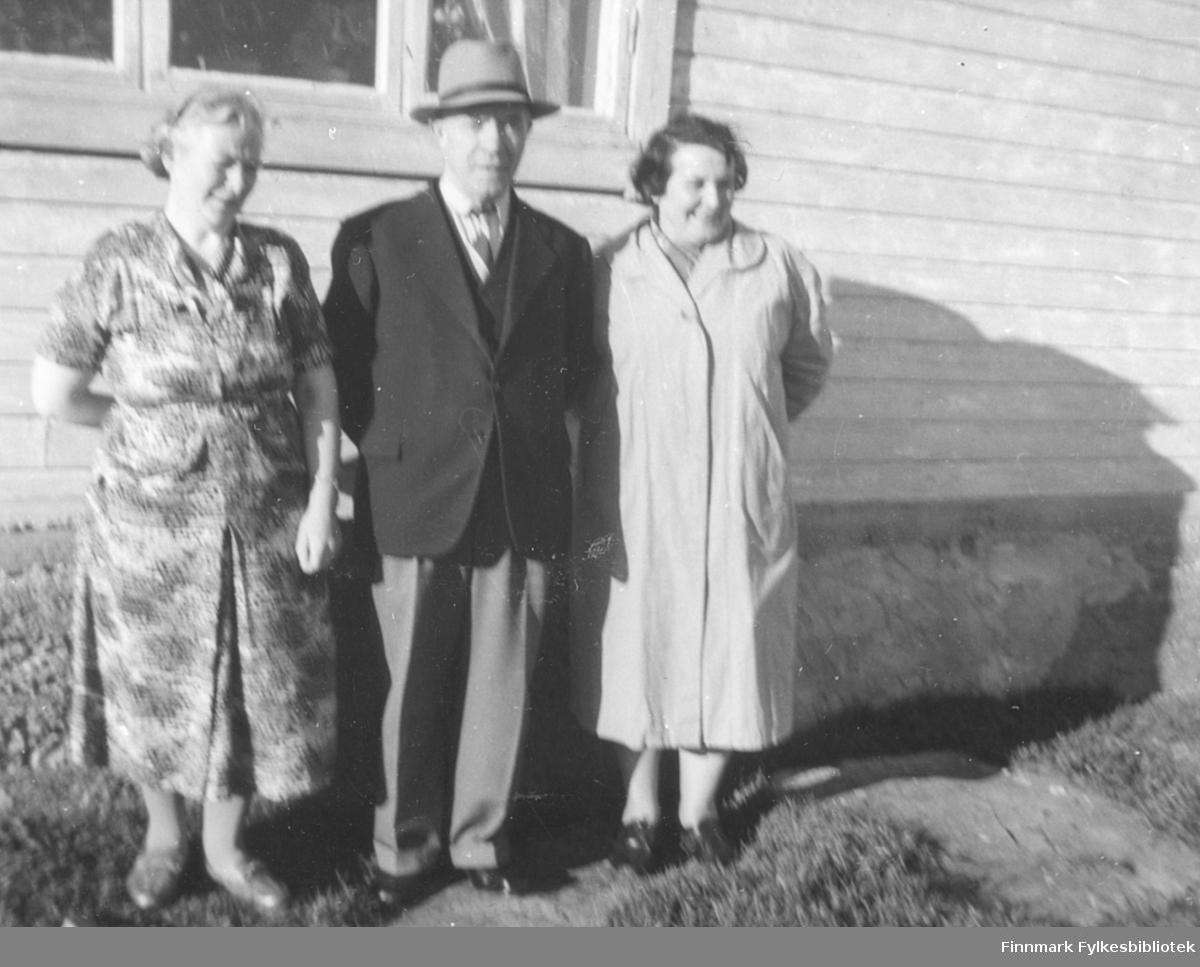 Edith Rafaelsen og hennes bror Halfdan Kvam. Til høyre Gunvor Buob, datter av Halfdan Kvam. Bildet er tatt i Kiby i 1960
