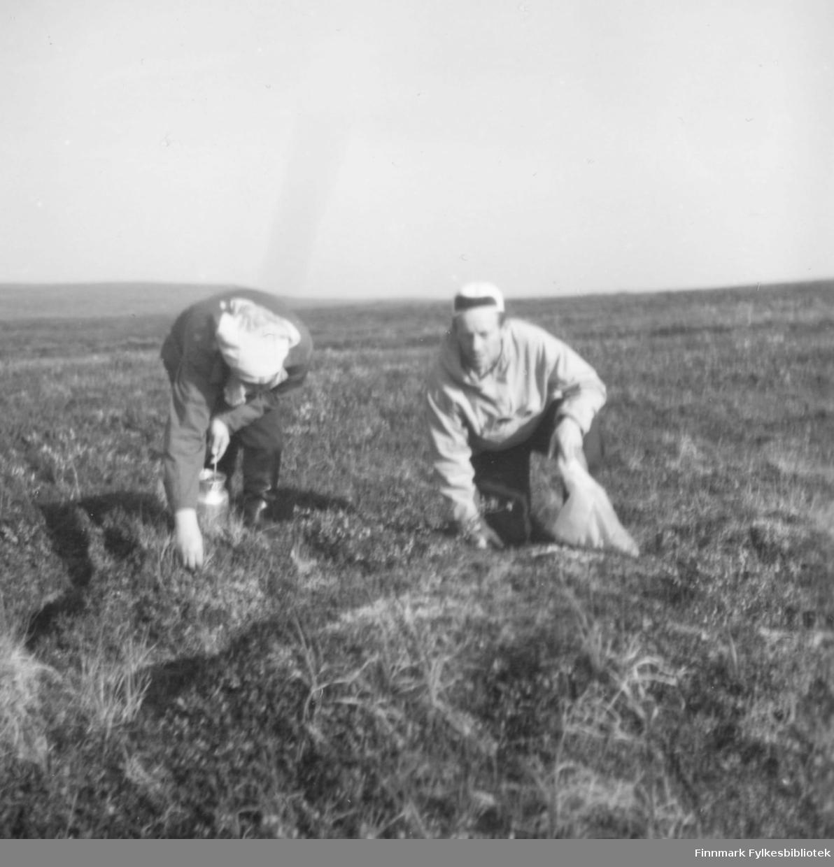 På multebærtur til Mastejervi ca. 1958-1960. Til høyre Fritz Ebeltoft