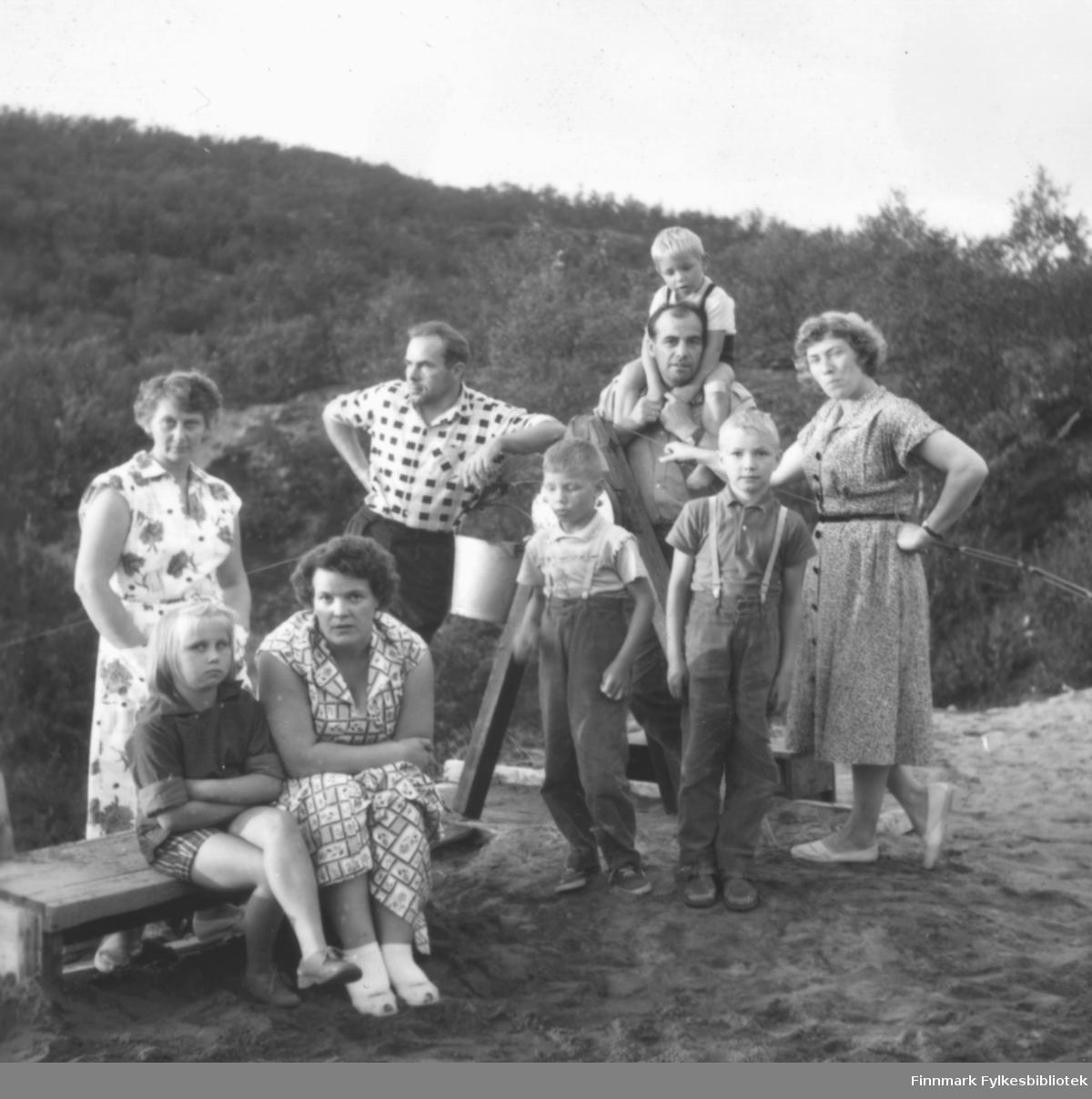 Ragnhild Ebeltoft på hyttebesøk i Lismajok i Tana hos, fra venstre, Anna og Ingvald Malinen, Erling og Liv Kvam med tre gutter. Sittende foran: Lise Malinen og Ragnhild Ebeltoft