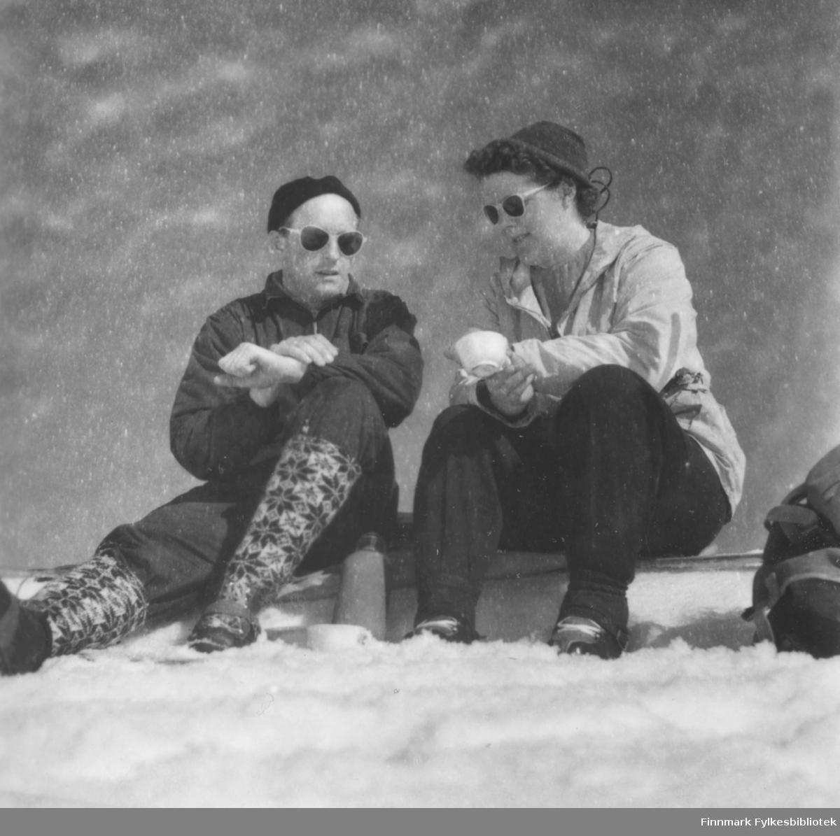 Rast under skitur, kanskje ved familiens hytte i Skallelv, antakelig begynnelsen av 1960-tallet. Fra venstre: Fritz og Ragnhild Ebeltoft