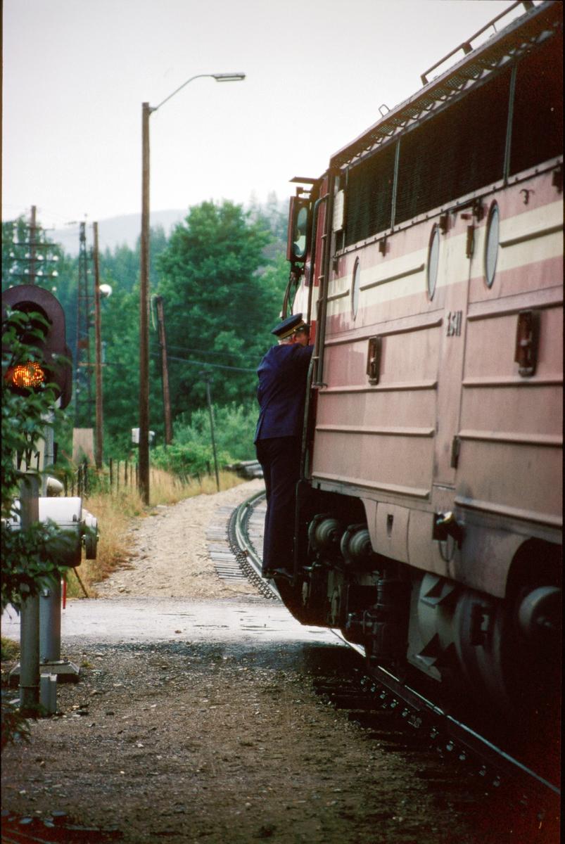 Togekspeditøren på Stai stasjon overleverer ordre til lokomotivføreren i tog 301.