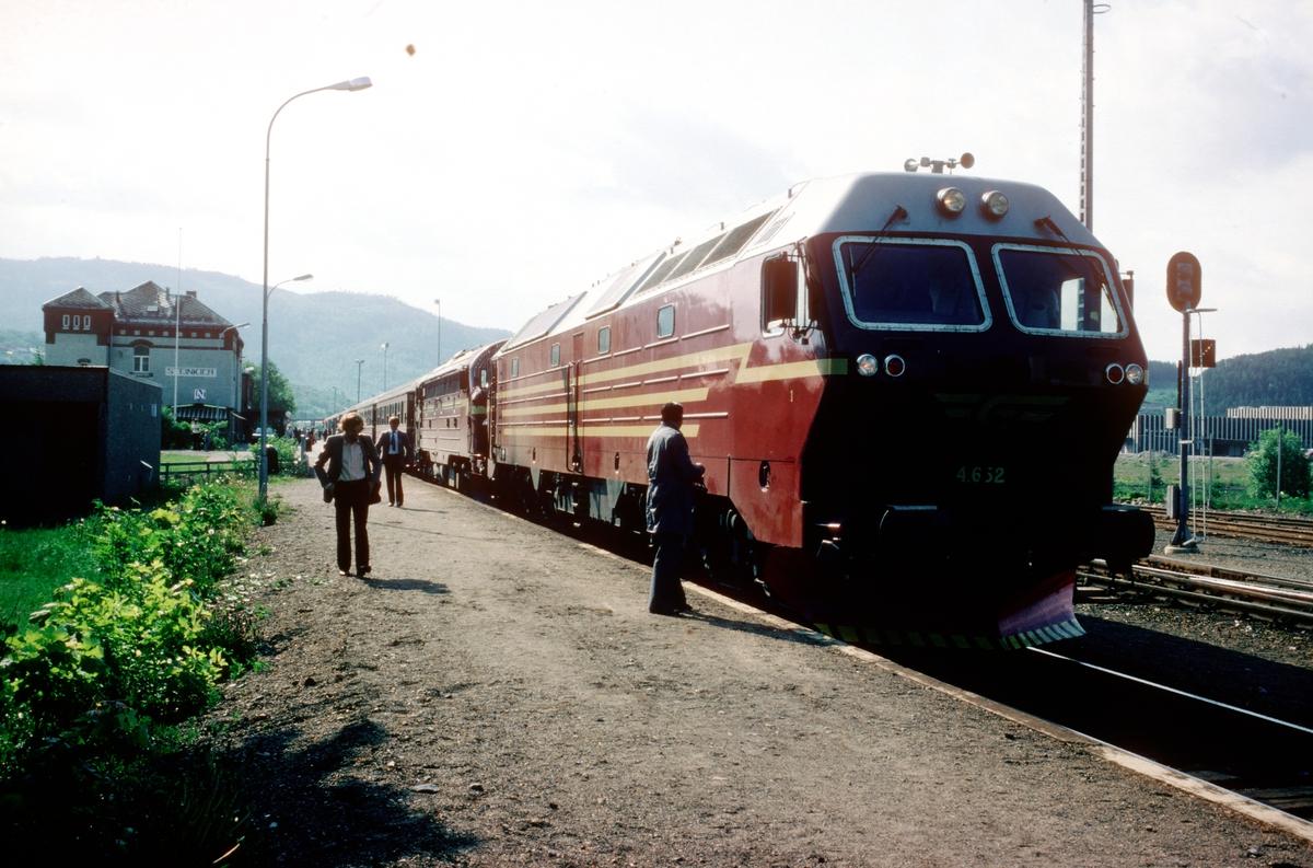 Tog 451 Trondheim - Bodø i Steinkjer. Di 4 652 har gått som ekstra forspannslokomotiv fra Trondheim og blir koplet fra. Overtakelsestur, lokomotivet ble funnet i orden og NSB overtok lokomotivet fra leverandøren Henschel. Lokomotivkontrollør Jon Hjelde står ved lok'et.