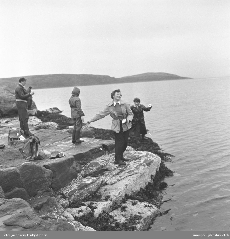 En gruppe på fisketur. Han med lua til venstre er Tor Todal, gutten foran ham med hetta på er sannsynligvis Arne Jacobsen. Jentene fisker med kasteboks