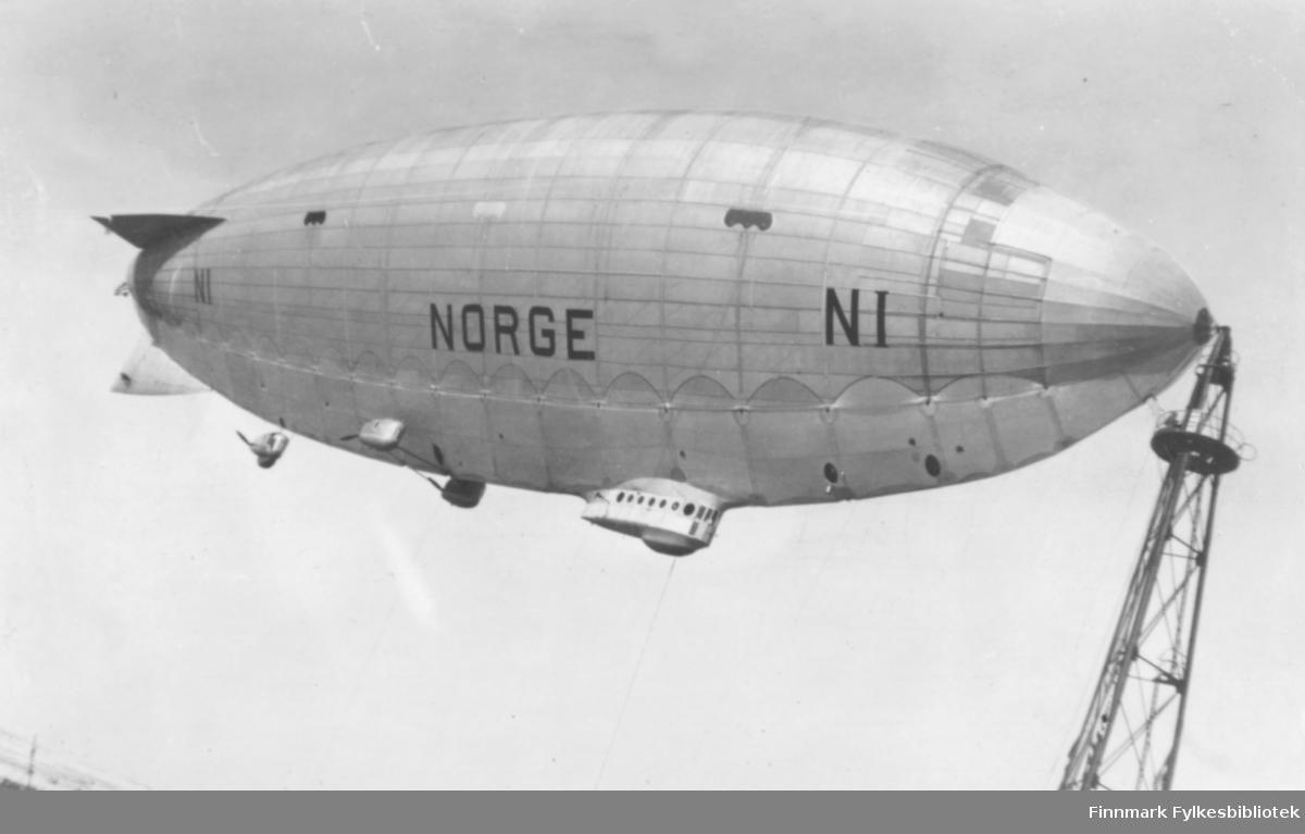 Fotografi av luftskipet Norge som er fortøyd til luftskipsmasta på Vadsøya i mai 1926