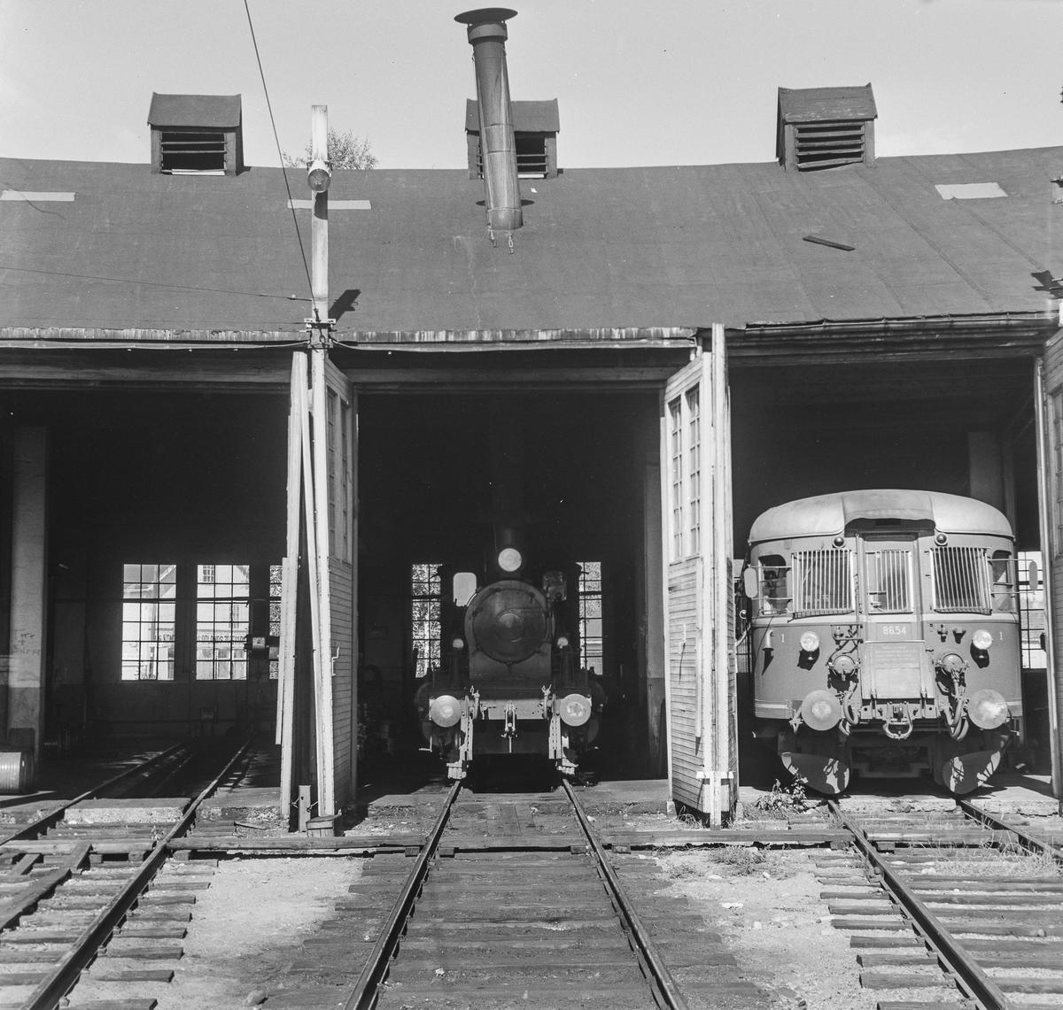 Lokomotivstallen på Kongsberg. I midten damplok type 21 nr. 225 eller 375, til høyre dieselmotorvogn type 86.
