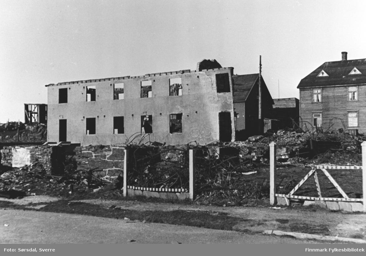 Ruinene av Vardø sykehus som ble bombet i mars 1942. Bak sykehuset står det trebygninger.