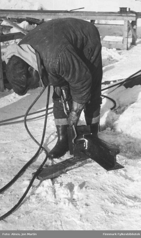 Egil Dahl jobber med skjærebrenner under bygging av den nye dampskipskaia med betong, Øksfjord 1955