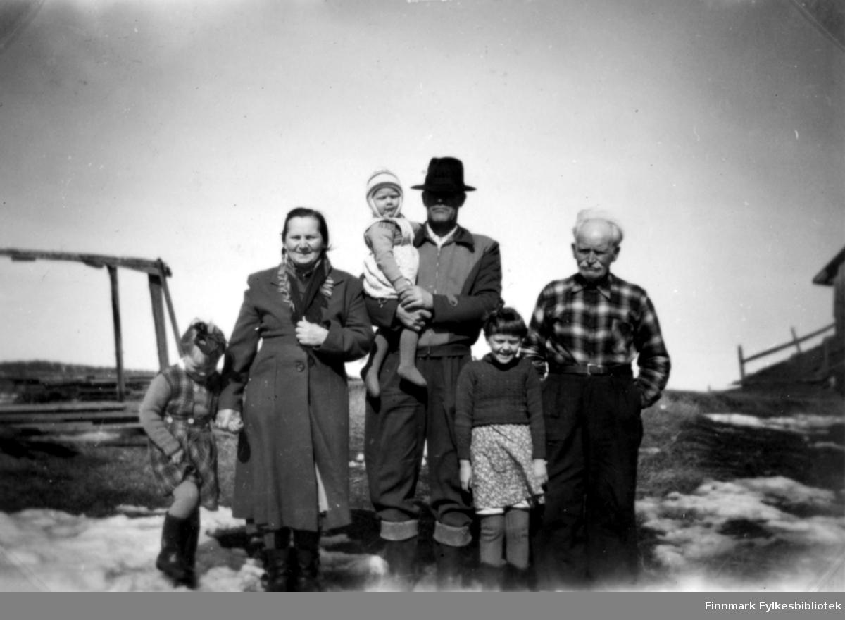 Fotografi tatt i 1955 av familien Stenbakk, fra venstre: Grete, Helga, Magnus med Vivi på armen, Edith og Johan Henrik Stenbakk på Stenkbakkgården.