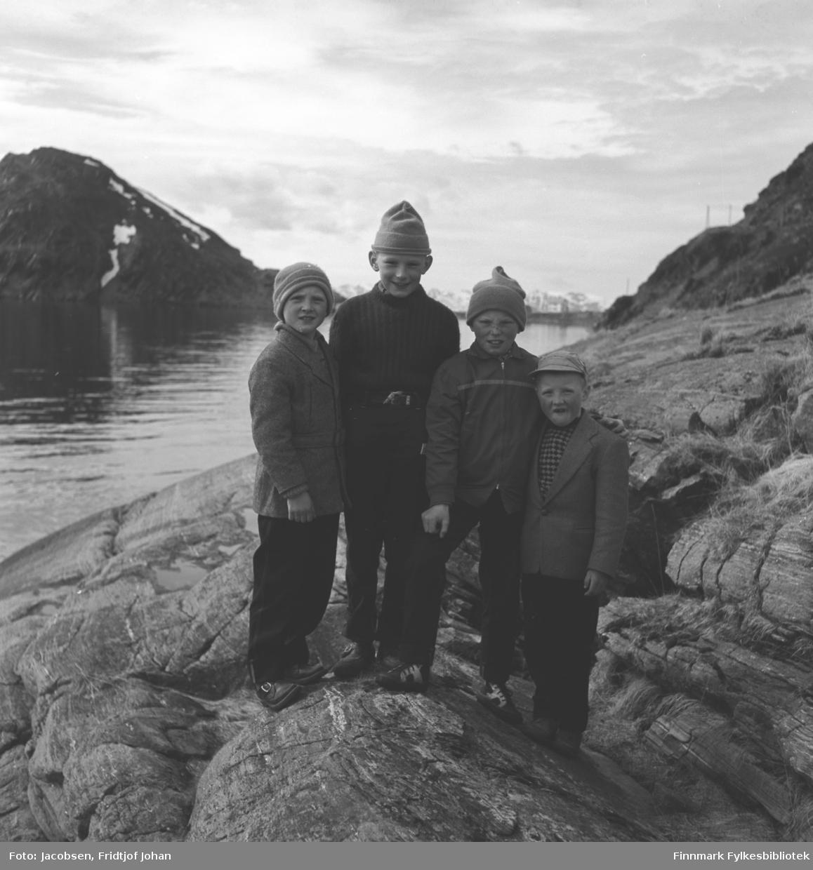Fire gutter i fjæra i Rypefjord med den karakteristiske Rypklubben til venste i bakgrunnen. Guttene er fra venstre: Svein Arild Hansen, Ivar Jacobsen, Fred Davidsen og Tor Hansen.