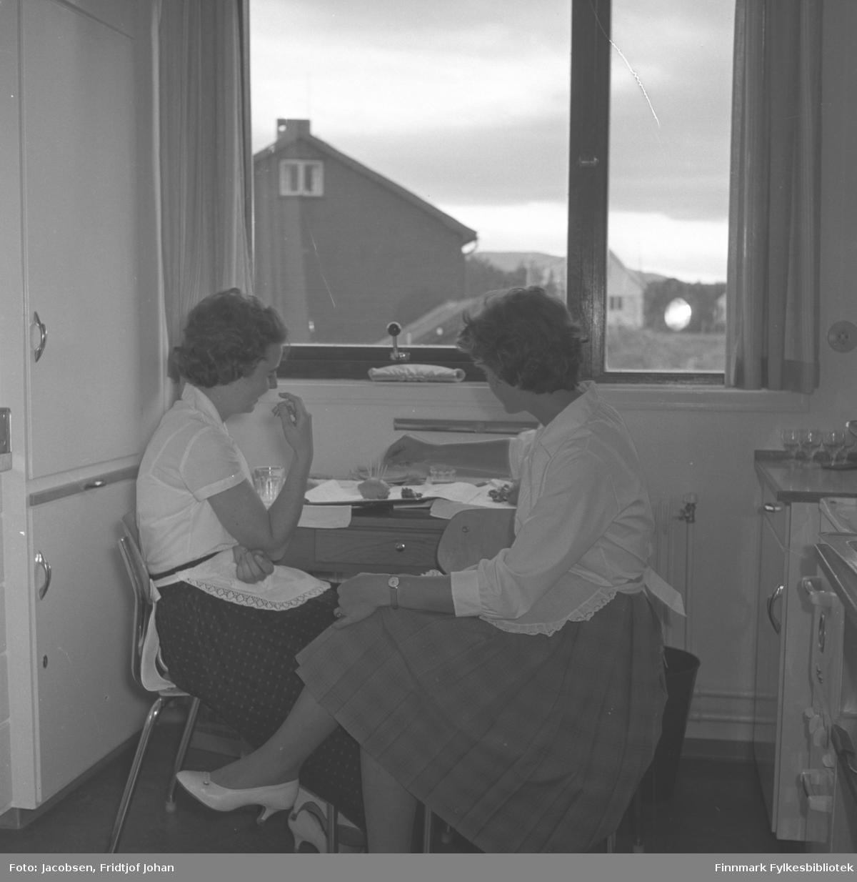To damer har (røyke)pause på kjøkkenet til Televerkets bygg i Alta.