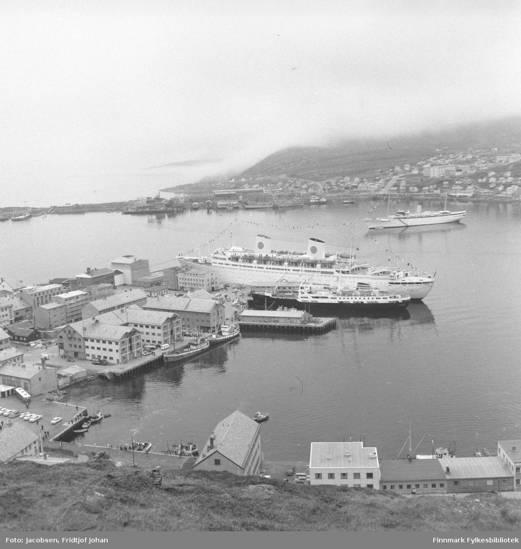 Del av Hammerfest sentrum sett fra fjellet Salen. På andre siden av bukta ligger bydelen Fuglenes.