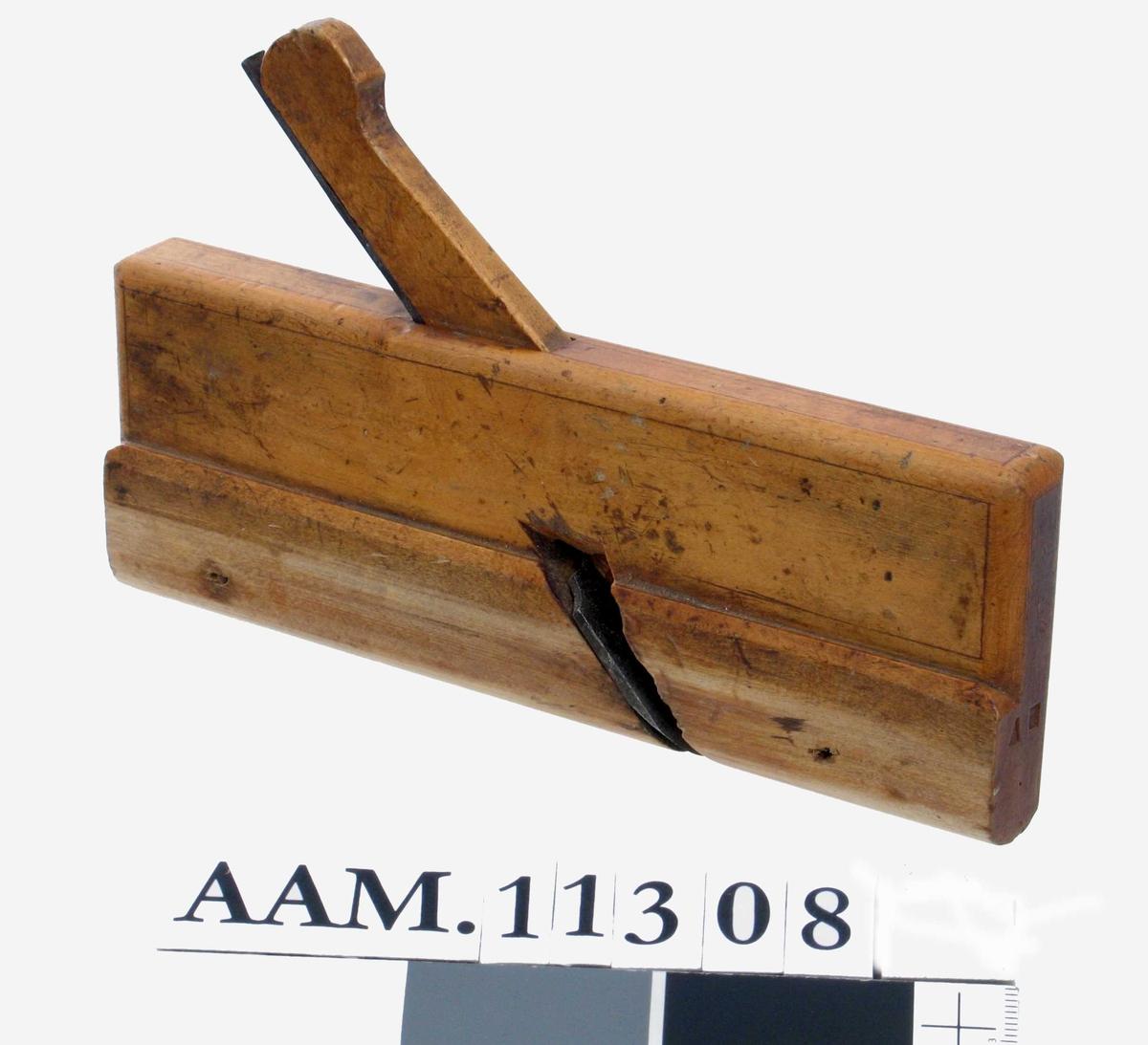 Høvel med rundet såle og jern,  smal avtrapning i siden, på kortsiden  st. AH.   Tilstand: slitt, men god.