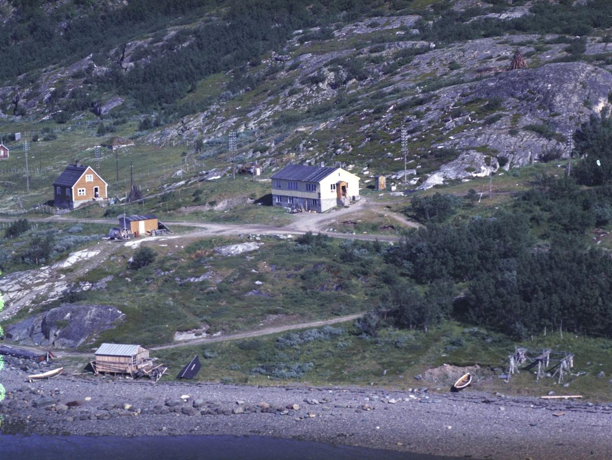 Flyfoto fra Lebesby. Negativ nr. 122689. Fra tettstedet Ifjord. Husets eier er I. H. Andersen.
