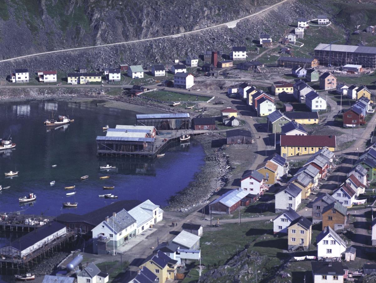 Flyfoto fra Kjøllefjord. Negativ nr. 122728.