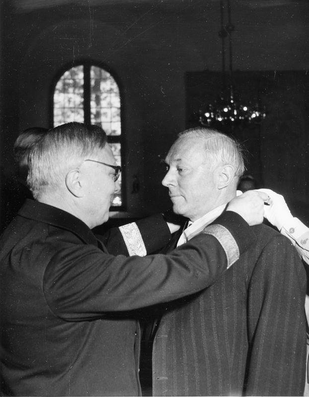 Wargöns AB.  Från 75-års jubileet 1949. Disponent Helmer de Verdier får guldmedalj av biskopen.
