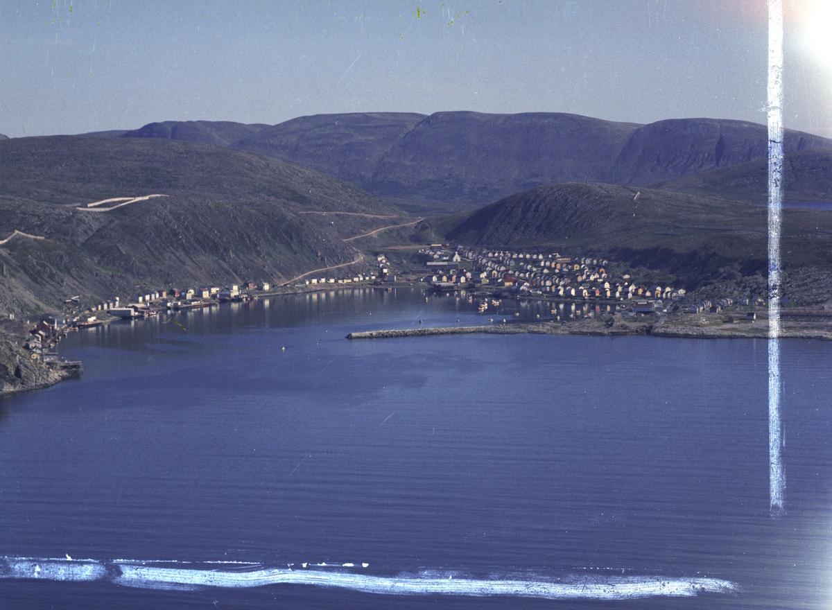 Flyfoto fra Kjøllefjord. Negativ nr. 122755.