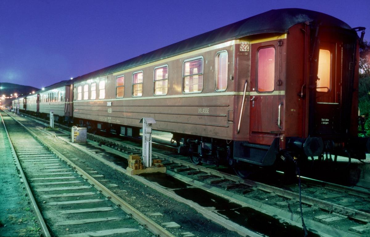 Sommerkveld i Bodø: NSB passasjervogn 1. og 2. klasse litra AB 11. Vognene fra dagtoget er skiftet vekk fra togspor og satt på varmepost.
